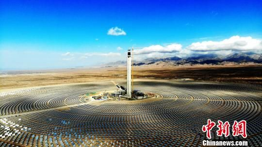 图为俯瞰中国首座商业化运营光热电站――中控太阳能青海德令哈塔式光热电站。 孙睿 摄