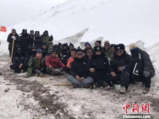 图为抗击雪灾中的扎青乡民兵队伍。 陈瑞 摄