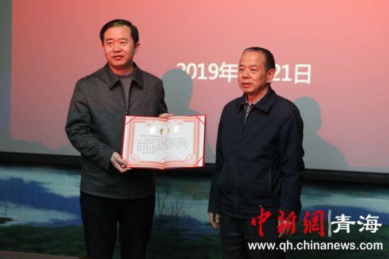 图为青海省红十字会向西部矿业颁发捐赠证书。张海雯摄。
