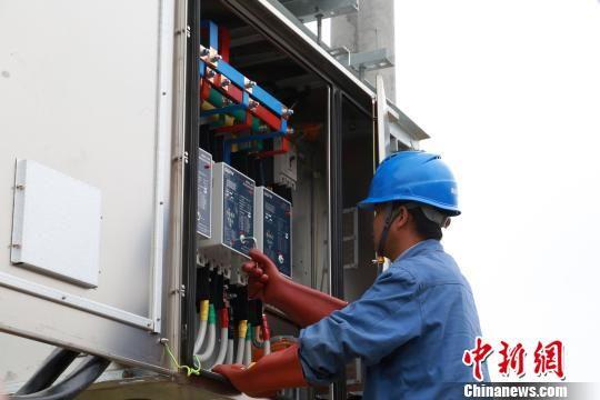 资料图为青海海南藏族自治州龙羊峡库区电网升级改造。 罗云鹏 摄