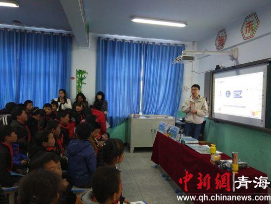 图为志愿者向学生们讲解航空知识。