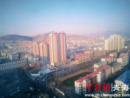 图为西宁市的城市一角。鲁丹阳摄