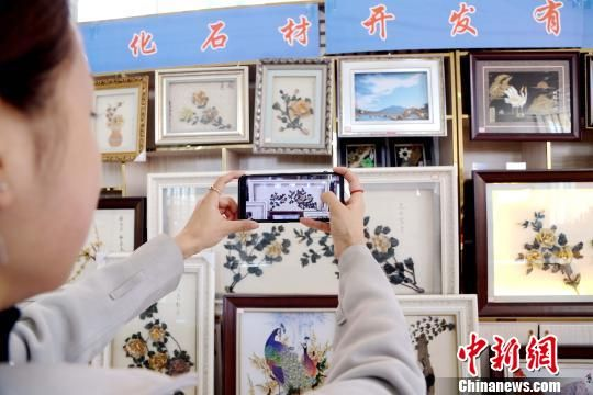 图为游客在玉石画展示厅里拍照。 马铭言 摄