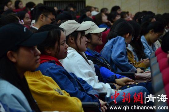 图为校园禁毒知识专题讲座活动现场的学生们。鲁丹阳摄