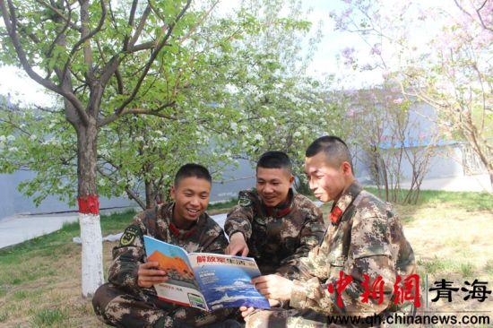 图为正在读书的官兵们。刘超摄