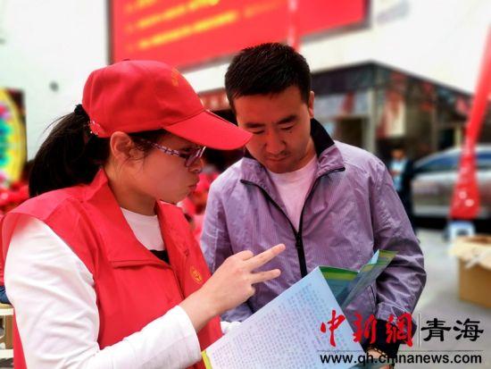 图为工作人员为市民讲解惠民政策。
