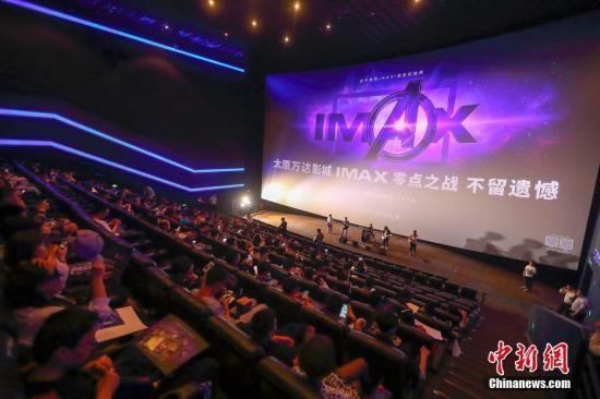 大批影迷在影院准备观看电影。张云 摄