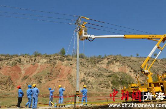 图为青海省首列带电更换联络开关作业现场。