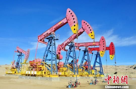 图为在青海油田正在进行采油的采油机。(资料图) 鲁丹阳 摄