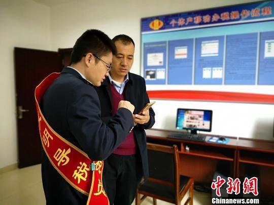 图为导税员为纳税人指导办税及操作流程。青海省税务局供图