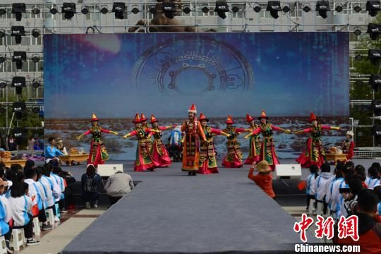 图为身穿民族服装的舞蹈演员表演节目。 郭曲太 摄