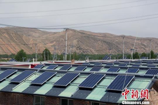 资料图为青海东部地区分布式光伏电站。 罗云鹏 摄