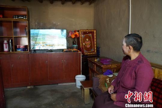 图为老叶村尕吾社村民用上电视。 徐晓韬 摄