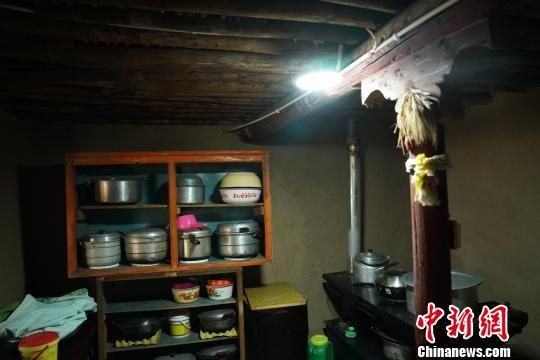 图为图为老叶村尕吾社村民安装的LED灯。 徐晓韬 摄