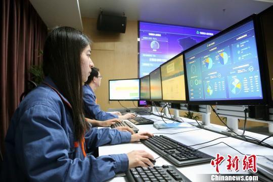资料图为青海新能源大数据创新平台工作人员监控实时数据变化。 罗云鹏 摄
