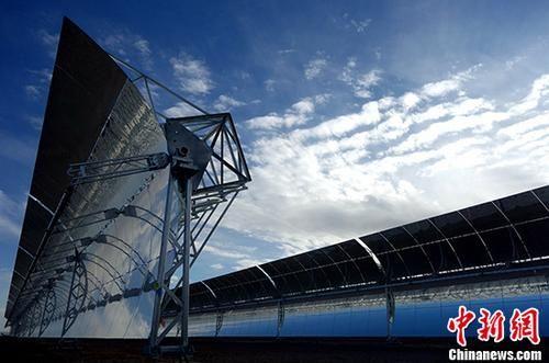 位于柴达木盆地的中广核德令哈50兆瓦光热发电项目槽式抛物面集热器阵列。(资料图) 中新社记者 孙睿 摄