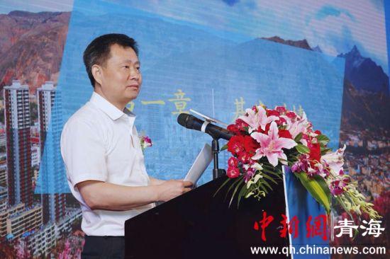 图为 黄南州政府副州长肖飞虎介绍招商情况