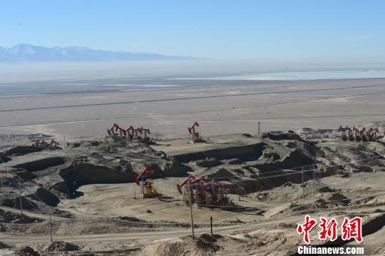 青海油田是世界上海拔最高的油气田,也是中国最早开发的油田之一,位于青海省西北部的柴达木盆地,是青海、西藏、甘肃省三省区重要的产油、供气基地,平均海拔3000米左右。 孙睿 摄