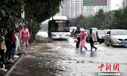 青海省气候中心11日披露,今年春季(3至5月,下同),青海省多地气温高降水偏多,其中贵南、玉树、德令哈、沱沱河4站降水量达历史同期最多。 钟欣 摄