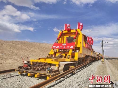 青海格尔木至新疆库尔勒铁路青海段的铺轨工程在2017年5月26日开始,历时25个月于今年6月16日顺利完成了铺轨任务。中新社记者 赵顺收 摄