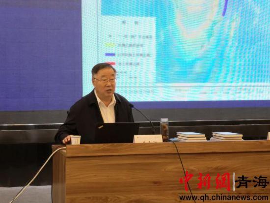 图为秦大河院士正在青海师范大学作学术讲座。钟欣摄