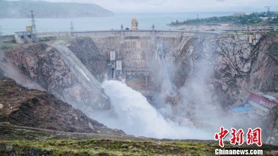 图为龙羊峡水电站开闸泄水。 张勇 摄