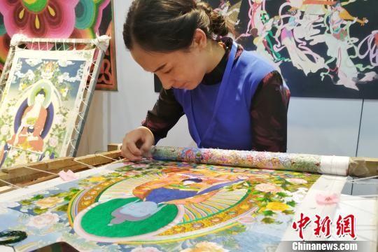 图为青海省海南州五彩藏绣艺术有限公司的负责人拉毛叶正在进行藏绣制作。 鲁丹阳 摄
