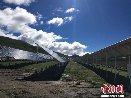图为青海果洛藏族自治州玛沁县29.1兆瓦村级扶贫光伏电站一隅。 雒文清 摄