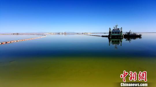 柴达木盆地现有大小不等的盐湖33个,目前已发现盐湖矿床70多处,面积3万多平方公里,累计探明储量约4000亿吨。 孙睿 摄