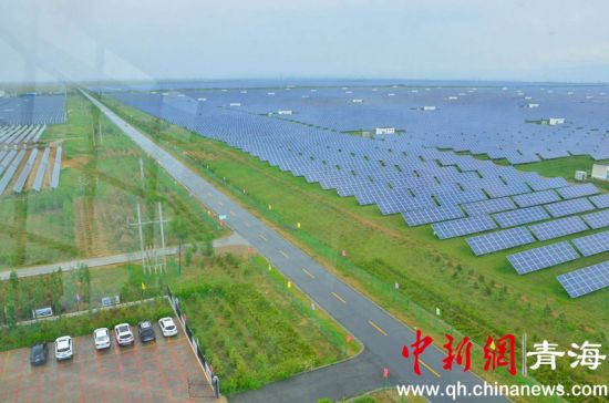 图为在观景台鸟瞰共和县生态光伏发电园区。鲁丹阳摄