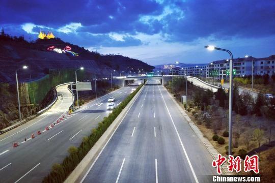 图为西宁凤凰山快速路。(资料图) 鲁丹阳 摄