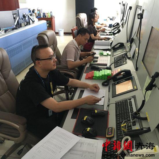 图为民航青海空管分局西宁进近管制室保障载有心脏病人航班优先落地。钟欣摄