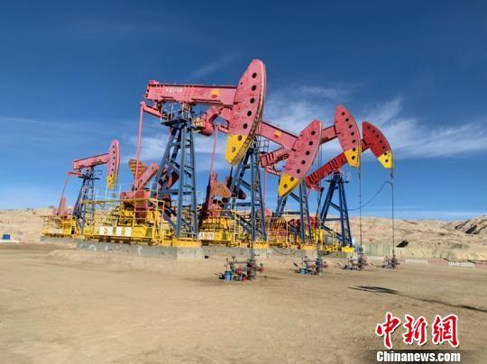 青海油田是世界上海拔最高的油气田,也是中国最早开发的油田之一。位于青海省西北部的柴达木盆地,是青海、西藏、甘肃省三省区重要产油、供气基地,平均海拔3000米左右。 孙睿 摄