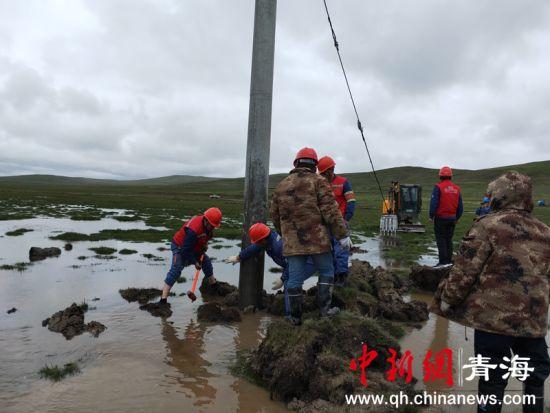 图为国网玉树供电公司囊谦县供电公司配网员工正在紧急处理10kV结六路果青沟分支14号杆,因处于河道而发生倾斜。徐晓韬摄。