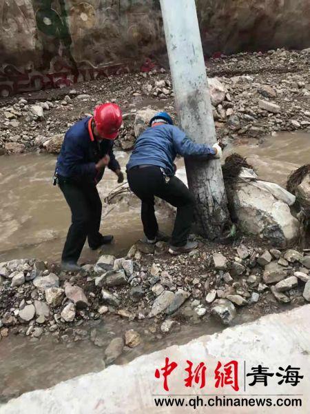 图为国网玉树供电公司杂多县供电公司配网员工正在紧急处理10kV朵一路赛康寺分支81号杆,因山体滑坡而被山石冲击的危险杆塔。徐晓韬摄。