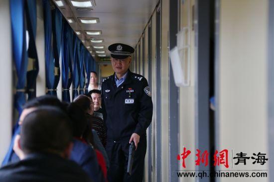 图为铁路乘警巡视硬卧车厢。谢飞摄。