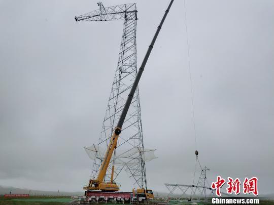 图为中国首条清洁能源外送通道(青海段)立塔施工现场。 邹建华 摄