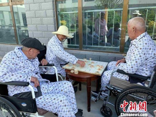 图为老人在社会福利医养服务中心。 李隽 摄
