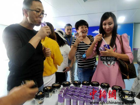 图为海外华文媒体代表品尝酸奶。李隽 摄