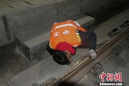 图为青藏铁路公司西宁工务段门源线路工区的养路队员正在进行夜间作业. 杨玺 摄
