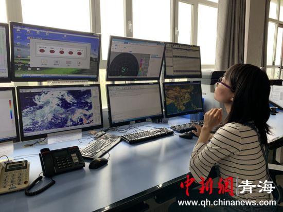 图为民航青海空管分局气象预报室内工作人员正在分析天气。