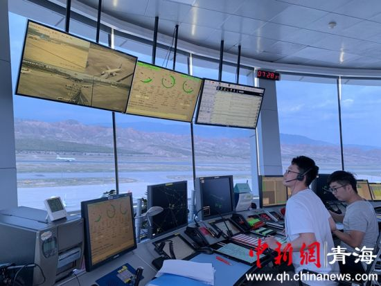 图为民航空管分局塔台管制室内工作人员正在进行空中流量控制。