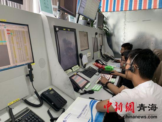 图为民航青海空管分局西宁进近管制室内工作人员们正在进行航班保障。孙睿摄