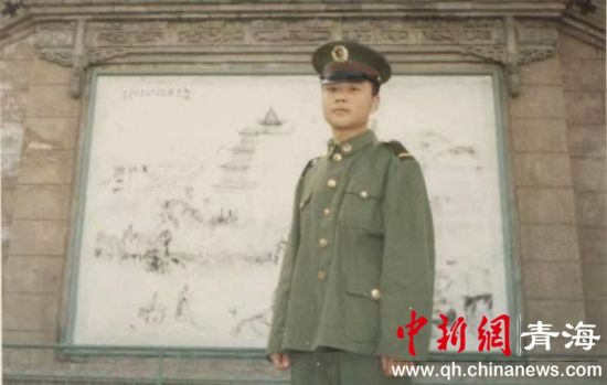 图为陈琪刚入伍时所拍的照片。