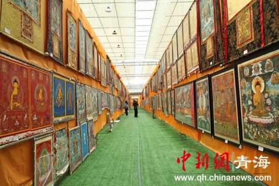 图为挂满唐卡的热贡艺术创研基地大厅