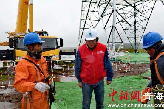 图为共产党员服务队员检查施工现场环水保情况 钟欣摄