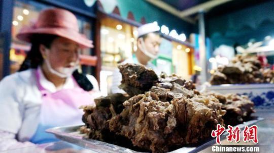 图为大块的牦牛肉。 张添福 摄