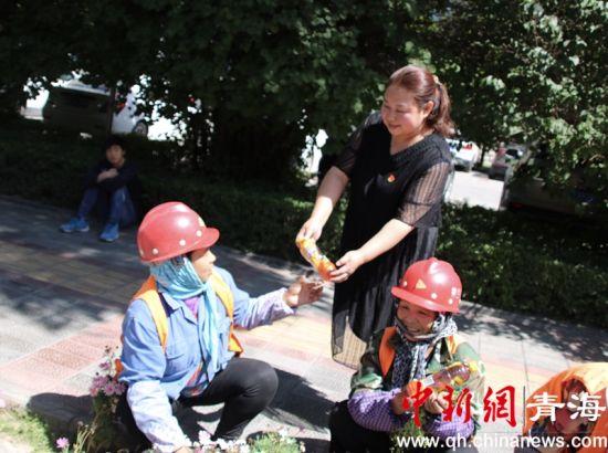 图为西宁市生物园区工委为一线职工送防暑清凉用品。钟欣摄