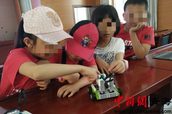 图为30日在西宁市未成年人保护中心开展机器人课。鲁丹阳摄