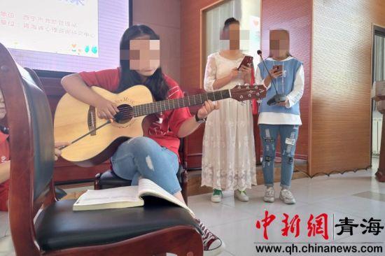 图为30日困境儿童在西宁市未成年人保护中心开展文艺汇演。鲁丹阳摄
